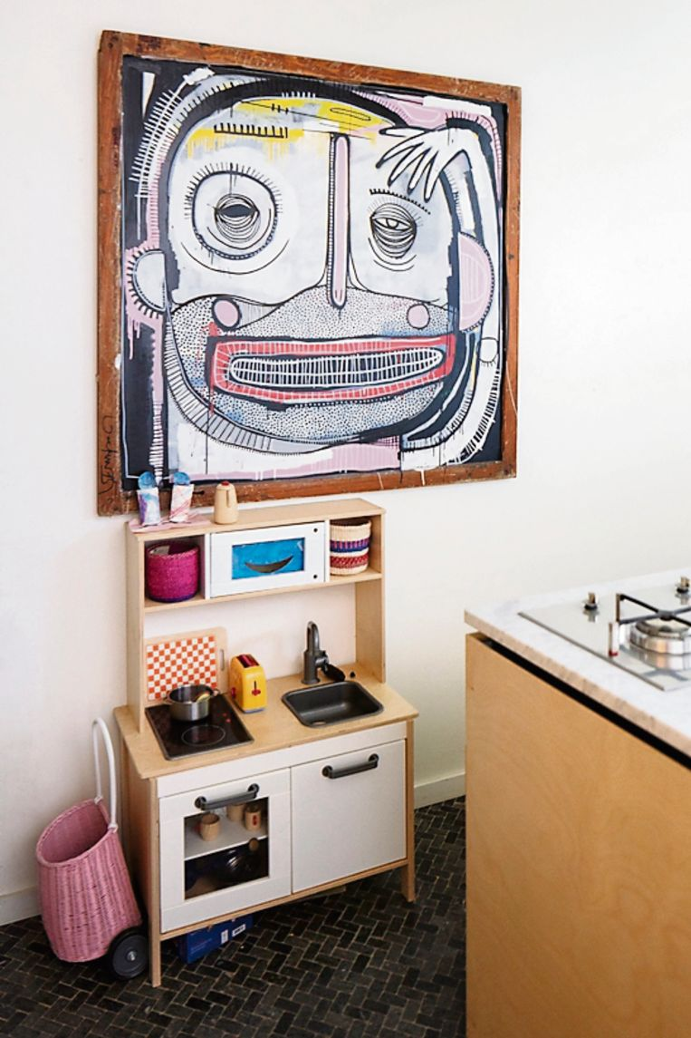 Boven de kinderkeuken van IKEA hangt een kunstwerk van streetartist Joachim Lambrechts.