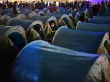 Plusieurs centaines de migrants montent un campement place de la République à Paris