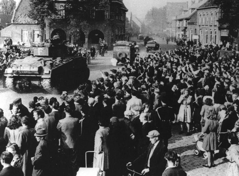 De bevrijders werden in Nederland onder grote belangstelling binnengehaald.  Beeld ANP