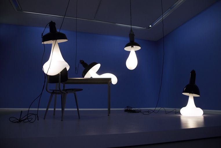 Light Blubs (2008), een verwijzing naar bulb: het Engelse woord voor gloeilamp. De peertjes zijn opgeblazen tot cartooneske proporties, hangen soms vrij in de ruimte, of leunen - alsof ze gebukt gaan onder hun eigen gewicht - op een bureau of tafel. Beeld Pieke Bergmans
