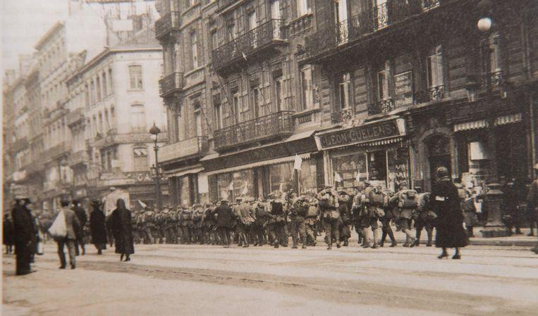 De Duitse keizer was twee dagen voor de wapenstilstand al weggevlucht, zijn soldaten doen hetzelfde. Met een witte vlag in de hand verlaten ze ons land - al doen ze dat plunderend en vernielend, net zoals ze vier jaar eerder gekomen waren.