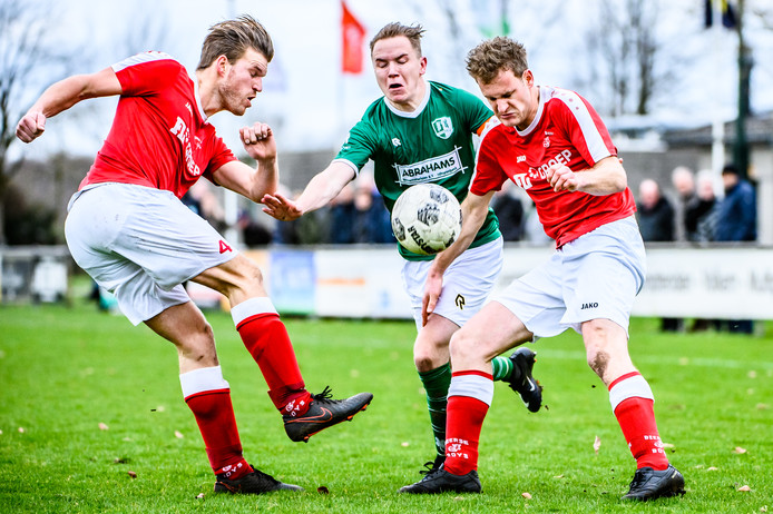 Joerie van Rijswijk in een duel om de bal.