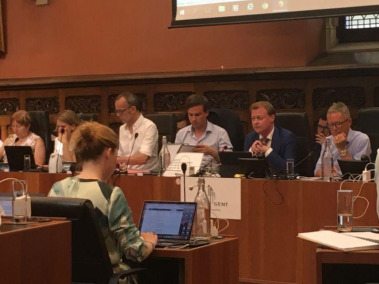 Christophe Peeters in pak met das, anderen vonden een short ook goed genoeg voor de gemeenteraadszitting.