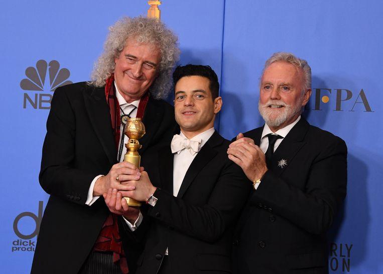 Brian May (links) poseert met bandlid Roger Taylor (rechts) en 'Bohemian Rhapsody'-acteur Rami Malek na de Golden Globes.