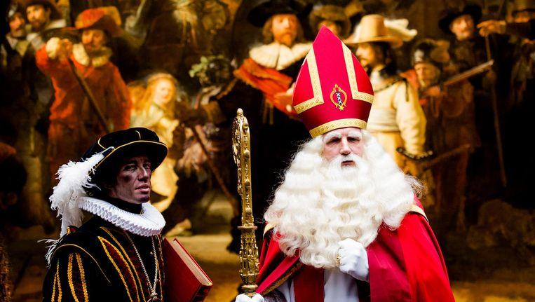 Sinterklaas bekijkt De Nachtwacht tijdens de intocht vorig jaar Beeld anp