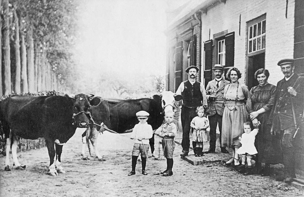 Op de plaats van de huidige woning Oude Liesboslaan 249 stond de woning van boswachter Hein Vermonden (de man bij de koe) en zijn vrouw Dien Janssen (tweede van rechts). De foto dateert uit 1919.