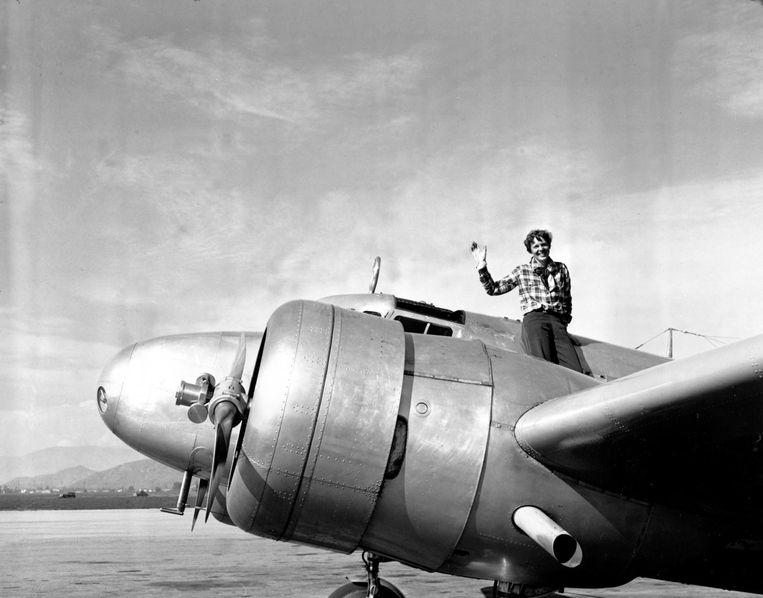 Earhart bij de Electra, waarmee ze haar laatste reis ondernam.