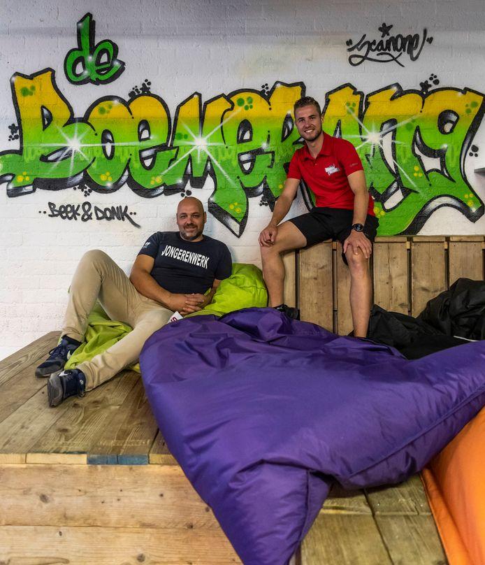 Bart Heldens (l) is de nieuwe jongerenwerker van Beek en Donk. Hij werkt veel samen sportcoach Jaccy van den Enden, die een groot deel van de Laarbeekse jongeren van kindsbeen af kent.