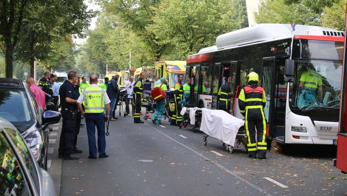 Gewonden worden met de ambulance naar het ziekenhuis gebracht.