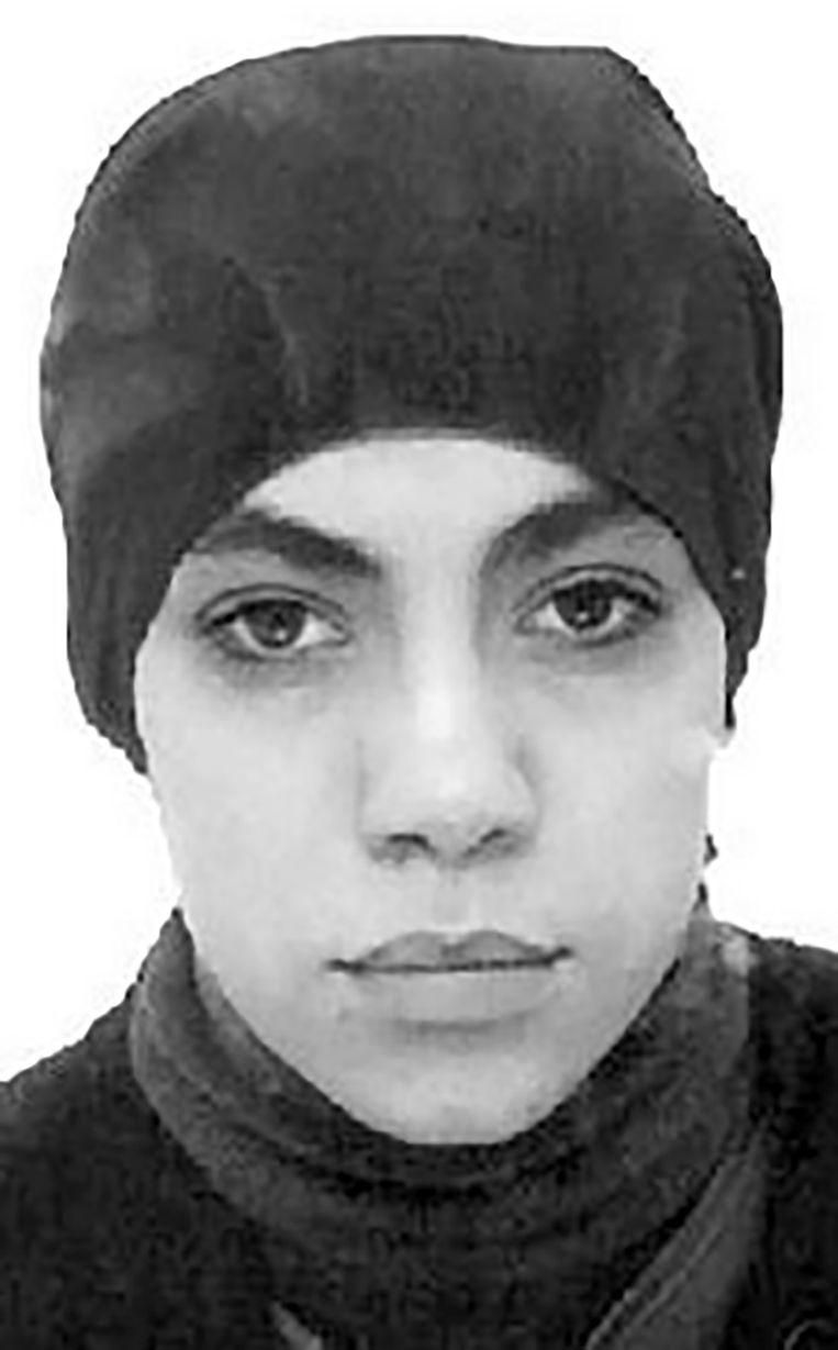 """Kaoutar Bioui, de echtgenote van ex-Shariah4Belgium-kopstuk Hicham Chaïb, postte in 2014 deze foto op Facebook. """"Mijn baby heeft een poetsbeurt gekregen"""", zo schreef ze erbij. De vrouw werd naar verluidt scheef bekeken in het kalifaat, net omdat ze met wapens pronkte."""