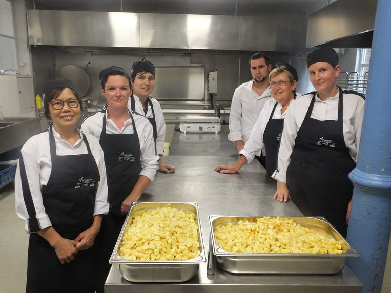 Het keukenteam van Leiepoort campus Sint-Hendrik met chef-kok Matthijs Haelewijn.