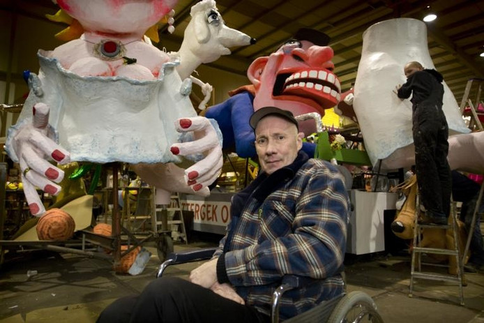 Johnny Meijer ontwierp ook de wagen van de Oeteldonkse carnavalsvereniging De Krabkes. foto Marc Bolsius ;Johnny Meijer bij de door hem ontworpen wagen van zijn eigen club, De Tierelantijnen. foto Marc Bolsius