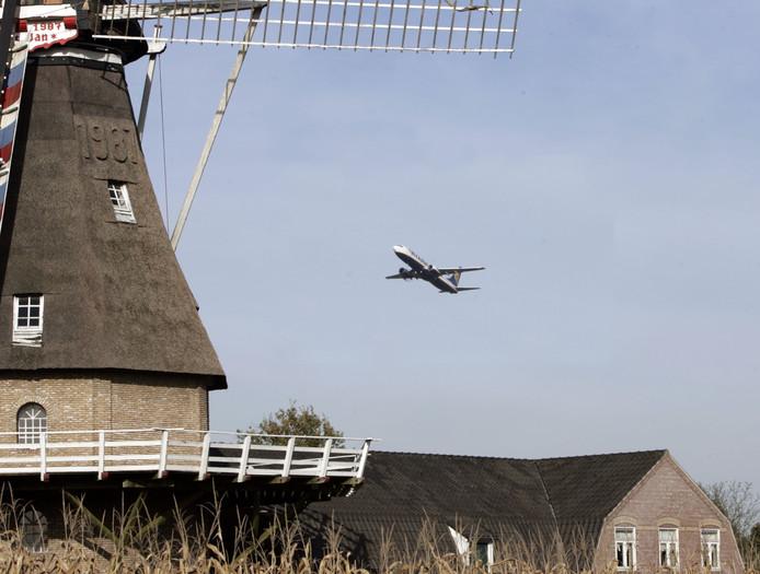 Ryanair vliegtuig ter hoogte van de molen in Oerle. Foto ter illustratie.