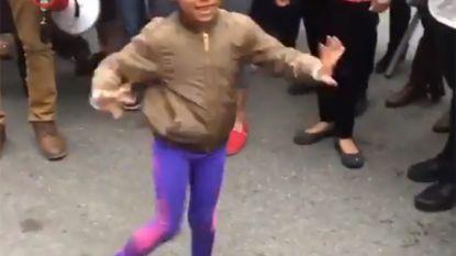 Kleine Andrea steelt de show op New Yorks straatfeest van honderden latino's tegen racistische tirade van advocaat