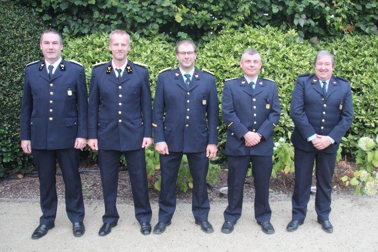Vlnr: Jubilarissen adjudant Geert Sagaert, luitenant Peter Dreelinck, 1ste sergeant Wim De Smet, sergeant Franky Van Hemelrijck en brandweerman Joris D'Hondt.
