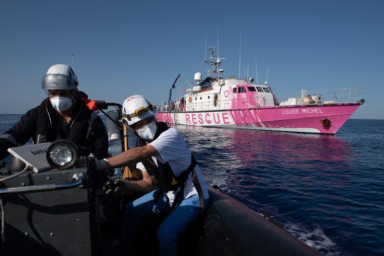 Het roze schip genaamd 'Louise Michel' ligt voor de kust van Libië en is gefinancierd door Banksy zelf.  Beeld AFP