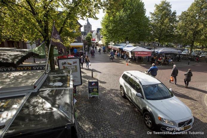 De zaterdagmarkt in Oldenzaal, die dertig jaar bestaat, keert in januari terug naar de Groote Markt. Een verplaatsing die van veel marktkooplui en klanten niet per se had gehoeven.