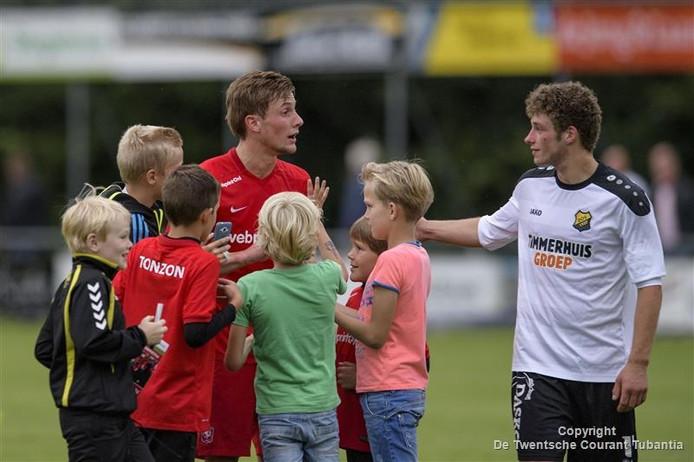 FC Twente-aanvoerder Hidde ter Avest wordt belaagd door jonge fans na het oefenduel met FC Twenterand bij DOS'37 in Vriezenveen.