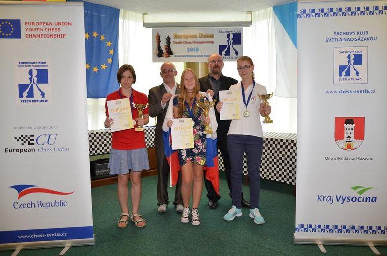 Daria Vanduyfhuys (links) met de andere laureaten van de schaakwedstrijd.