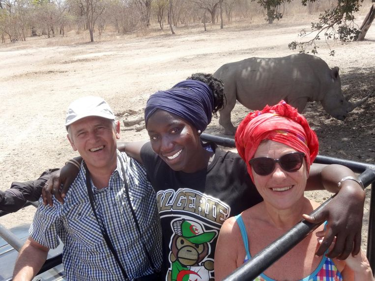 Michel en Hilde met Fatima, het meisje dat ze leerden kennen in Gambia en nu vanuit Borgloon ondersteunen.