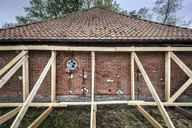 In Sauwerd werd dit huis vorige maand nog ontruimd omdat bewoning mogelijk gevaarlijk werd. Beeld Kees van de Veen