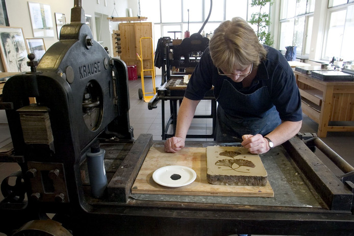 Het maken van een litho in het atelier van het Steendrukmuseum (archieffoto).