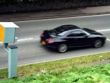 Hardrijder zonder rijbewijs geeft valse identiteit op tijdens snelheidscontrole in Tilburg