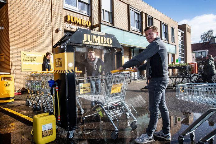 Holtenaar Floris Schoemaker (voor) en Alex Punte uit Oldenzaal bedachten de miniwasstraat voor winkelwagens in Bathmen.