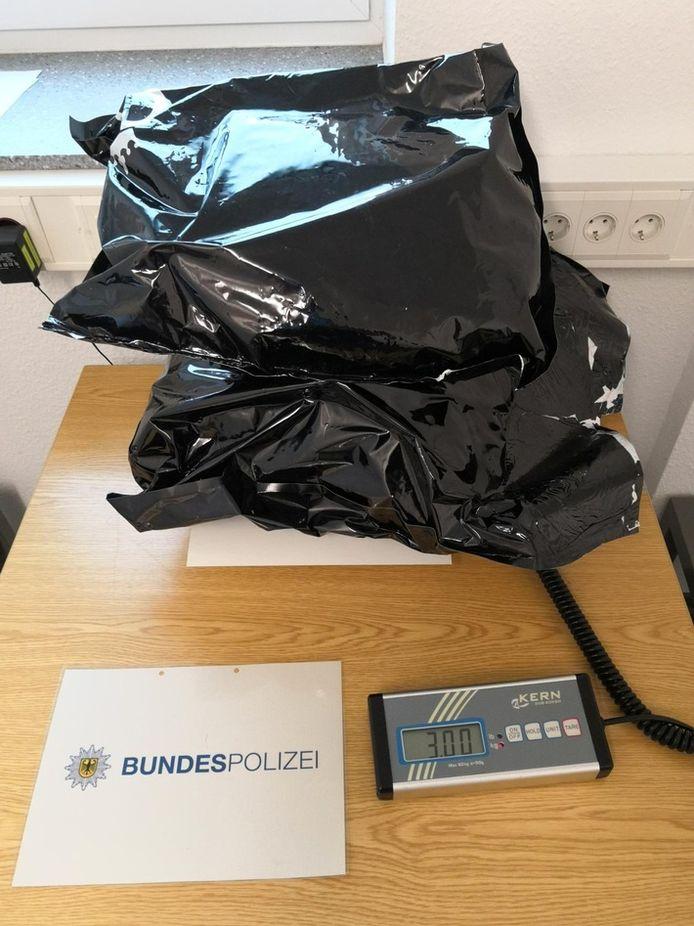 3 kilo wiet aangetroffen in kofferbak van Tilburger