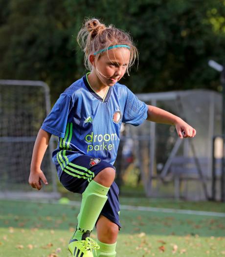 Esmee van Kooten(7): 'Ik voetbal liever met jongens, dat ben ik gewend'