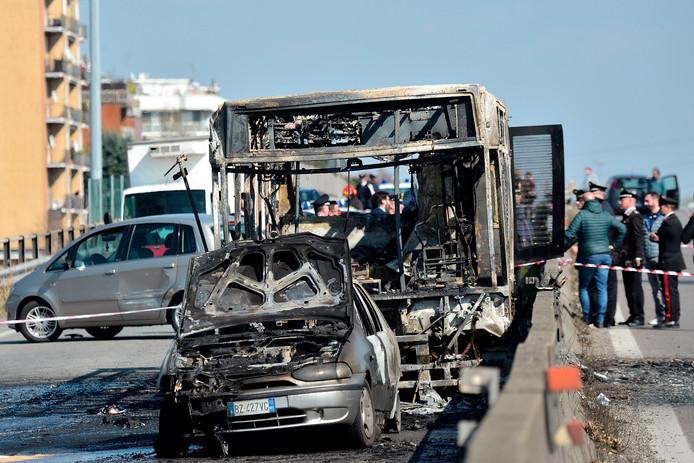 Het wrak van de compleet uitgebrande schoolbus nabij Milaan.