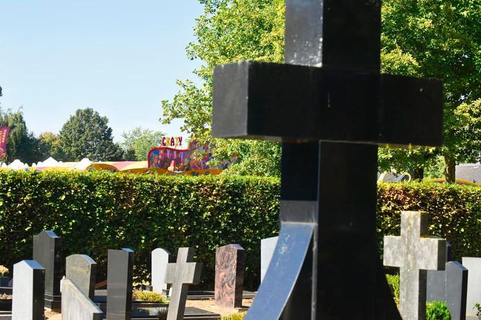 De afstand tussen de begraafplaats in Vlijmen en de kermis is niet groot.