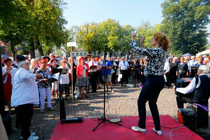 Burgemeester Judith Keijzers-Verschelling begeleidde als een volleerd dirigente de dertien koren.