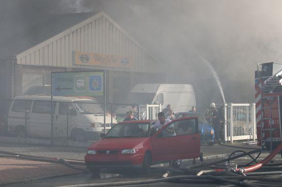 Wesley (aan de rode auto) probeerde samen met vrienden zoveel mogelijk auto's te redden tijdens de brand.