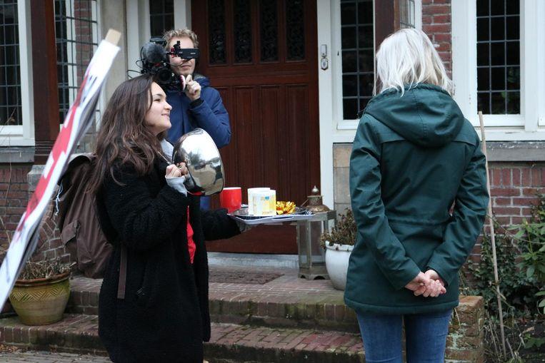 De jongerenpartij van de SP bezorgde Sybren van Haga een ontbijtje. Beeld ROOD