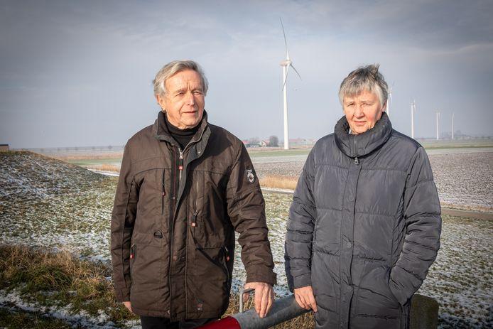 Tom van Gurp en Connie van der Horst van de stichting Vijf is Genoeg. Op de achtergrond de vijf huidige windmolens in de Noordpolder.