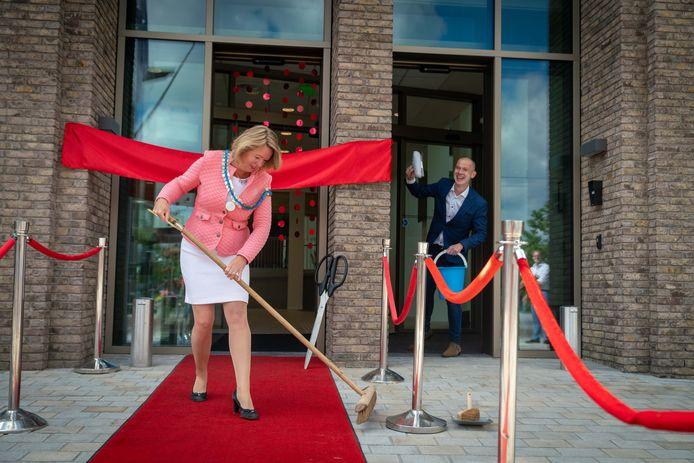 Patricia Hoytink borstelt de rode loper voor haar inwoners, wethouder Wijntje Hol ziet dat het goed is.