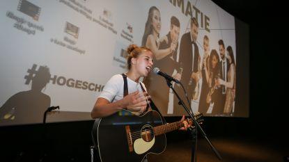 Ine Tiolants rondt met succes opleiding vroedkunde aan PXL Hasselt af: MNM Rising Star luistert proclamatie op met optreden