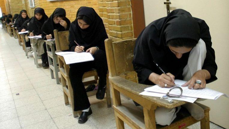 Jonge vrouwen doen examen in Teheran. © ANP Beeld