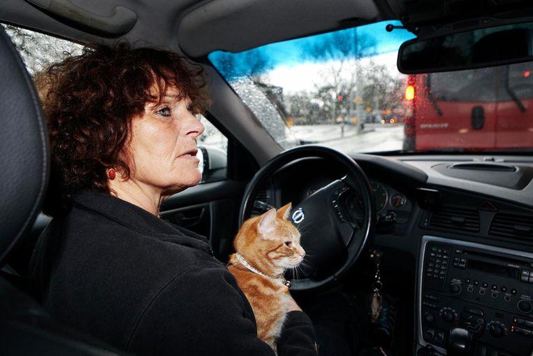 In de auto terug naar Amsterdam, met de ganzen achterin en Abatutu op schoot, reflecteert Sabine op de shoot Beeld Jan Dirk van der Burg
