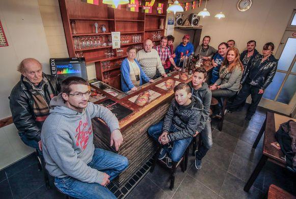 De uitbaters van het kleinste café van Kortrijk houden het voor bekeken na 38 jaar.