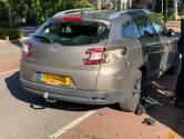 Man op elektrische fiets knalt achterop stilstaande auto in Oirschot, achterruit springt kapot