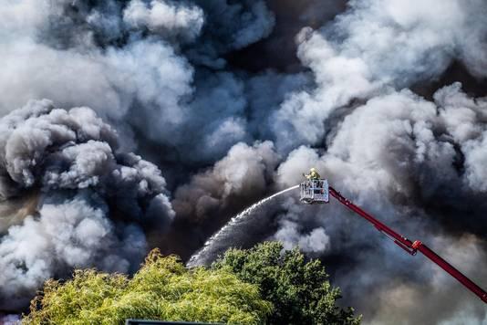 Brandweerlieden proberen het vuur in Duiven te blussen.