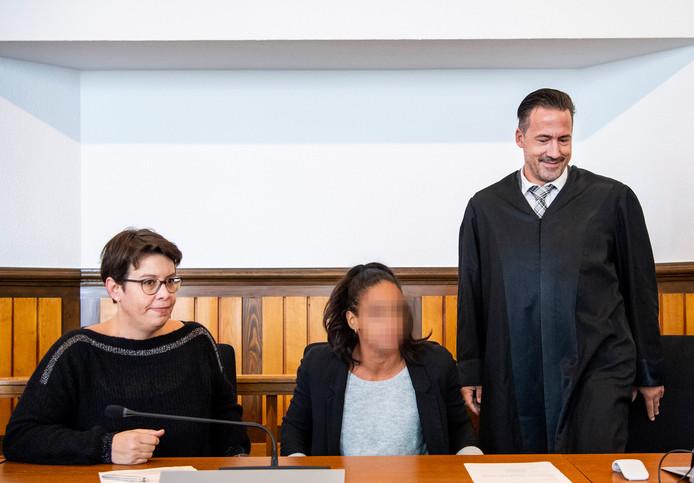 Tolk Svenja Bossmann (l), Madiea G. en advocaat Norman Werner.