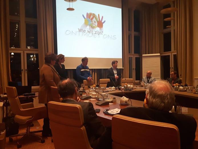 Vertegenwoordigers van basisscholen De Wieken, De Baarzen en peuterspeelzaal De Schatkamer en kinderopvang Partou presenteerden de plannen voor een kindcentrum in Vught.