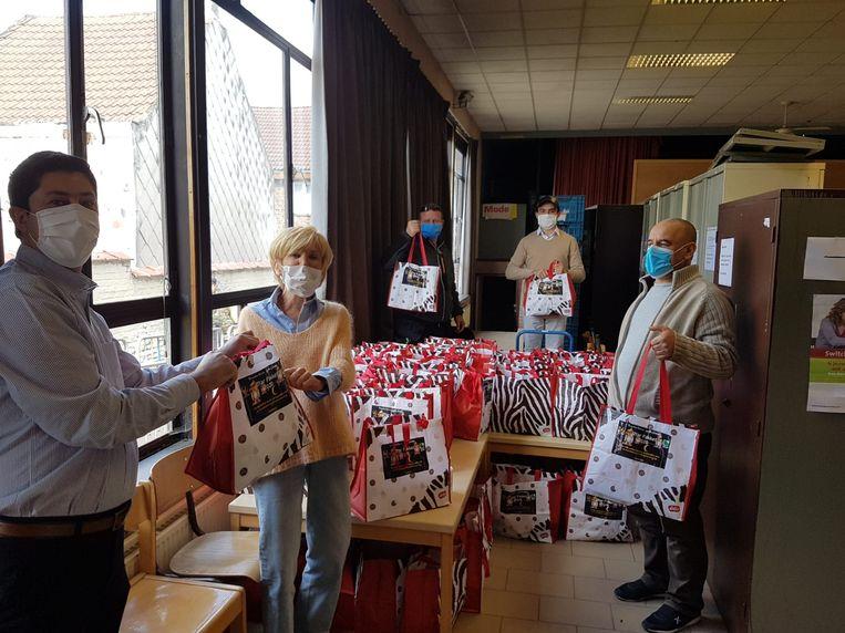 De Zaventemse moslimgemeenschappen overhandigden 100 voedselpakketten aan De Zoekmand.