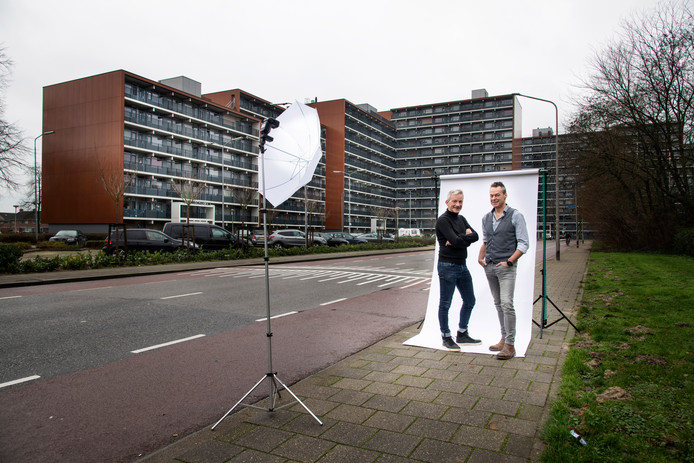 Verslaggevers Geert Willems (links) en Frank Hermans van De Gelderlander in de Nijmeegse wijk Meijhorst, Dukenburg. Willems heeft zijn jeugdjaren in stadsdeel Dukenburg doorgebracht, Hermans woont er al sinds 1995.