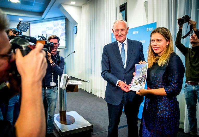 Minister Carola Schouten ontvangt in september 2019 de aanbevelingen hoe op korte termijn om te gaan met de stikstofproblematiek in Nederland uit handen van oud-minister en commissievoorzitter Johan Remkes.  Beeld Hollandse Hoogte /  ANP