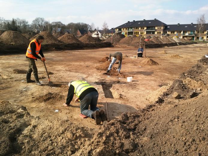 Het archeologisch onderzoek aan de Hameinde in Loenen wordt uitgevoerd door ADC Archeoprojecten. Vrijwilligers van de Archeologische Werkgroep Apeldoorn helpen hierbij mee.