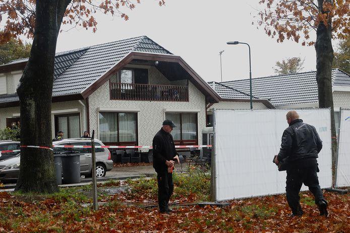 De politie-inval bij het woonwagenkampje aan de Hoogheuvelstraat in Oss.